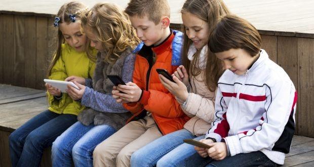 children-with-smart-phones